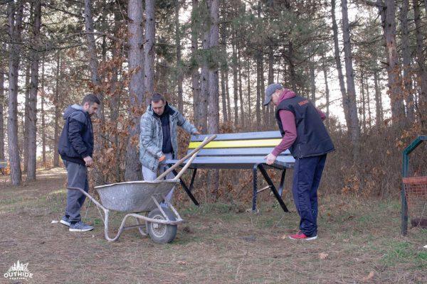 Neformalna grupa Outhide festivala postavlja klupe na zaječarskoj Kraljevici